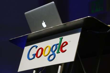 Computador da Apple em cima de plataforma com logo do Google na Califórnia 09/02/2010 REUTERS/Robert Galbraith