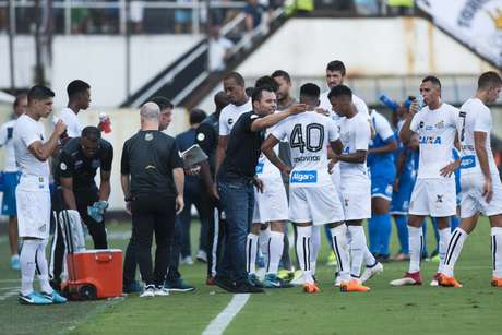 Jair Ventura conversa com o elenco do Santos em derrota para o São Bento, na Vila (Foto: Ivan Storti/Santos)