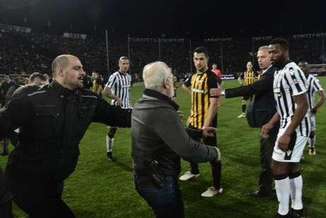Presidente do PAOK entra armado em campo após juiz anular um gol da equipe (Foto: AFP)