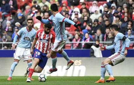 Diego Costa levou uma pancada na vitória sobre o Celta (Foto: Pierre-Philippe Marcou / AFP)