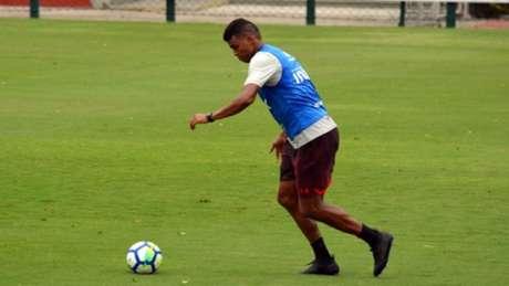 Aderllan foi titular no último domingo devido à decisão de poupar Rodrigo Caio (Érico Leonan/saopaulofc.net)
