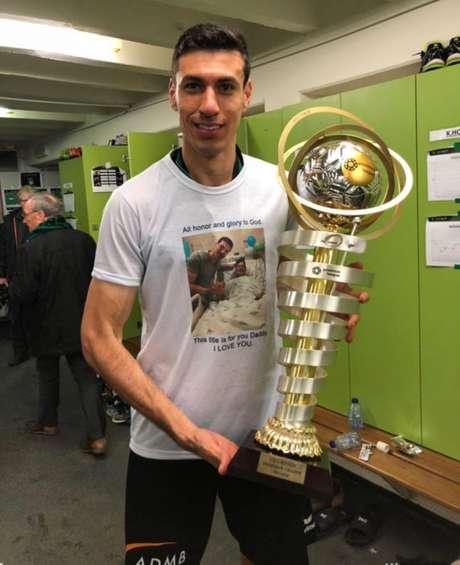 Xandão com o troféu de campeão (Foto: Divulgação)