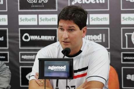 Matheus Costa é apresentado no Joinville (Foto: Divulgação/JEC)