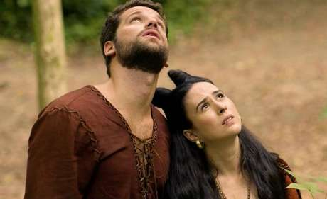 O ator com Tatá Werneck em 'Deus Salve o Rei': guarda-costas com pinta de galã seduz a espevitada rainha.