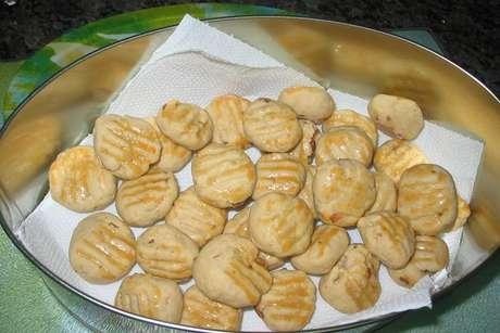 Lata com biscoitinhos de cebola