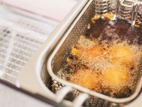 Óleo fritando pão de queijo frito