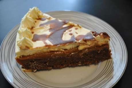 Fatia de torta de brownie com doce de leite
