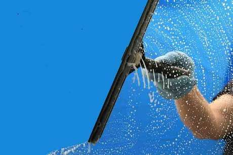 2. Após tirar mancha de box, você pode utilizar um rodo para seca-lo