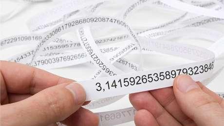 Pi é um número irracional, ou seja, seus decimais não terminam nunca e não repetem padrões