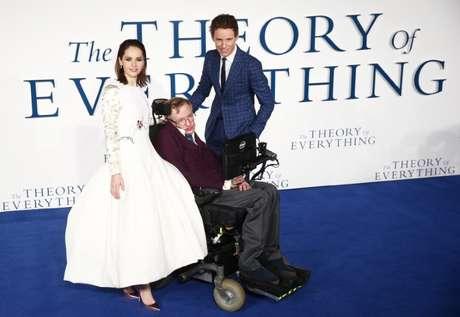 """Atores Eddie Redmayne e Felicity Jones posam para foto com físico Stephen Hawking na estreia do filme """"A Teoria de Tudo"""", em Londres 09/12/2014 REUTERS/Andrew Winning"""