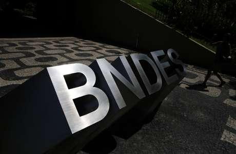 Logo do BNDES do lado de fora de prédio do Rio de Janeiro 11/01/2017 REUTERS/Nacho Doce