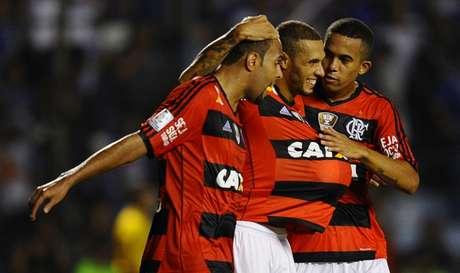2014: Com gols de Alecsandro, de pênalti, e Paulinho, nos acréscimos, Fla venceu o Emelec (F: Rodrigo Buendia/AFP)