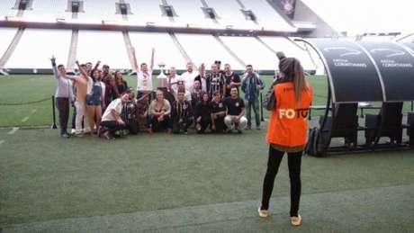 Torcedores posam durante tour da Arena (Foto: Gabriel Carneiro)