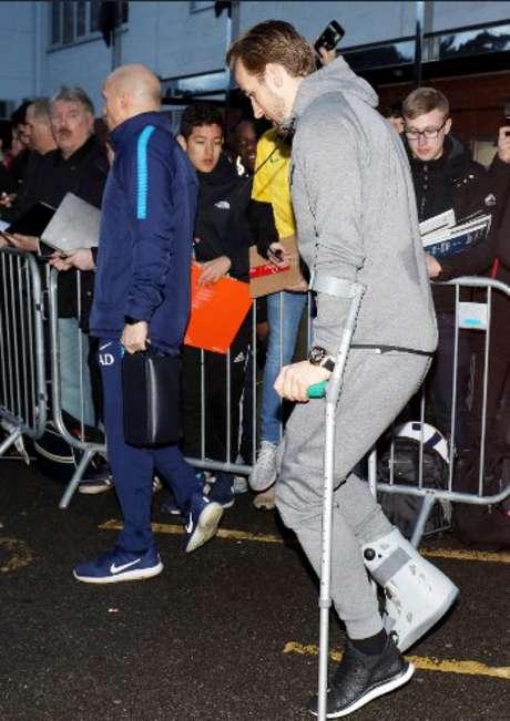 Harry Kane caminha de muletas e bota após lesão no tornozelo (Foto: Reprodução / Twitter)