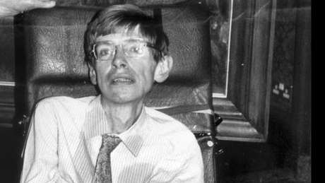 Hawking defendia que o universo era regido por leis estabelecidas.