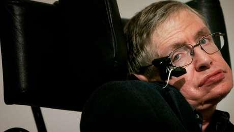 Em 2004, Hawking revisou sua própria teoria e concluiu que os buracos negros não absorvem tudo.