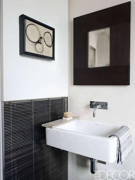 31. Banheiro branco com espelho quadrado preto