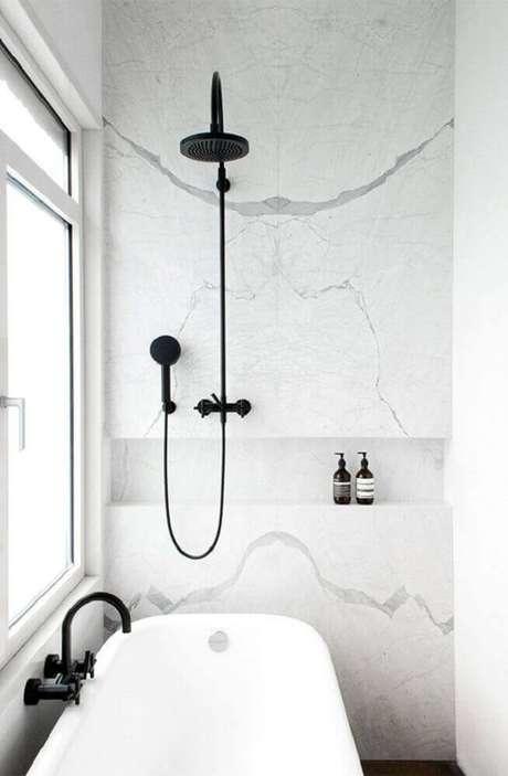 50. O banheiro branco pode ganhar detalhes em preto e ficar com uma decoração delicada e charmosa