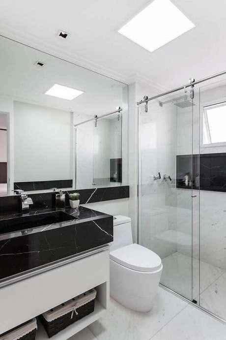 20. Modelo de banheiro preto e branco com bancada de mármore preto