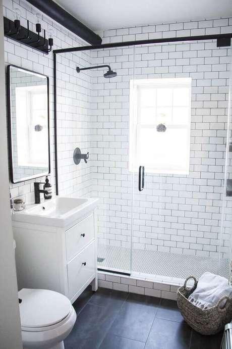 39. Banheiro branco no estilo industrial com piso preto