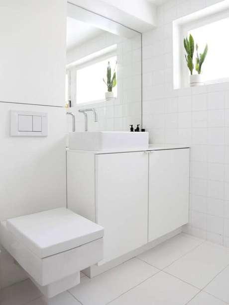 5. Inspire-se com esse banheiro branco simples e delicado.