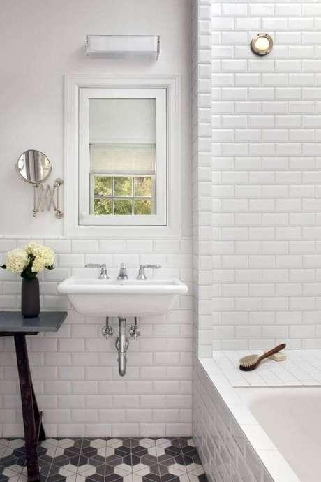 61. Banheiro branco simples