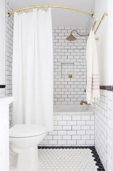 60. Inspiração delicada para banheiro branco no estilo vintage e com detalhes dourados