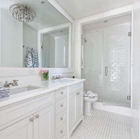 54. Os detalhes podem fazer toda a diferença como nesse banheiro branco com estilo romântico