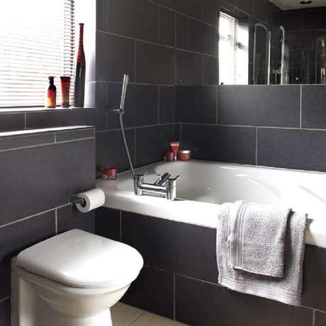 15. Inspiração de banheiro preto com banheira e bem iluminado