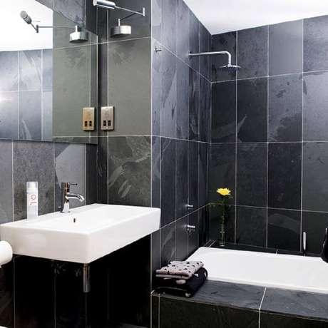 14. Banheiro preto com cerâmica branca