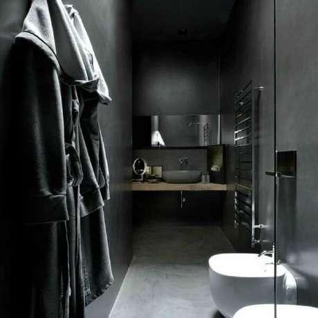4. Sofisticado banheiro com cerâmica preta e branca