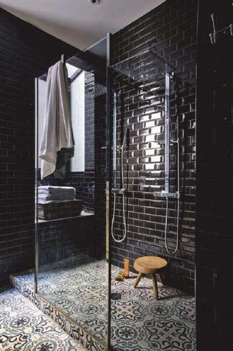 37. Banheiro preto com piso estampado