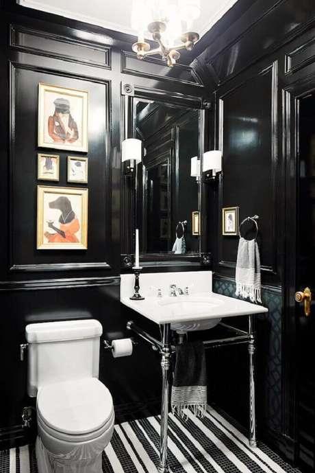 18. Inspiração de banheiro preto com quadro coloridos e carpete listrado