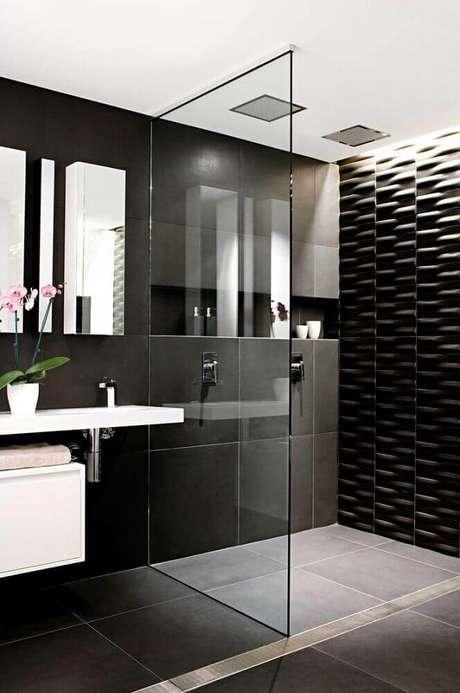 36. O banheiro preto com textura no box ficou mais moderno