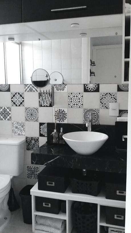 23. Banheiro preto e branco com azulejo estampado