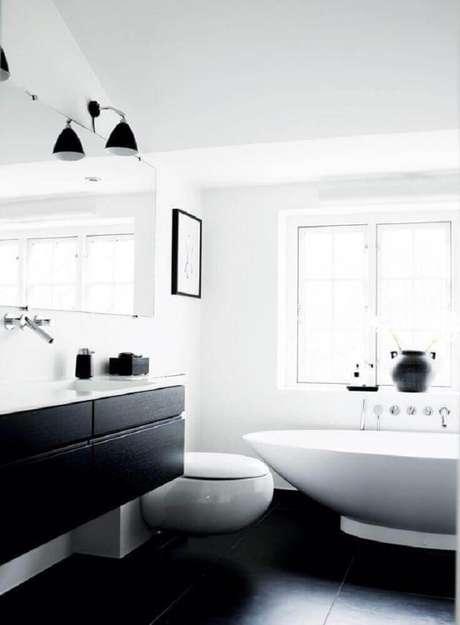 35. A banheira trás mais sofisticação para o banheiro preto e branco