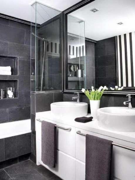 24. Banheiro preto e branco com cerâmica branca
