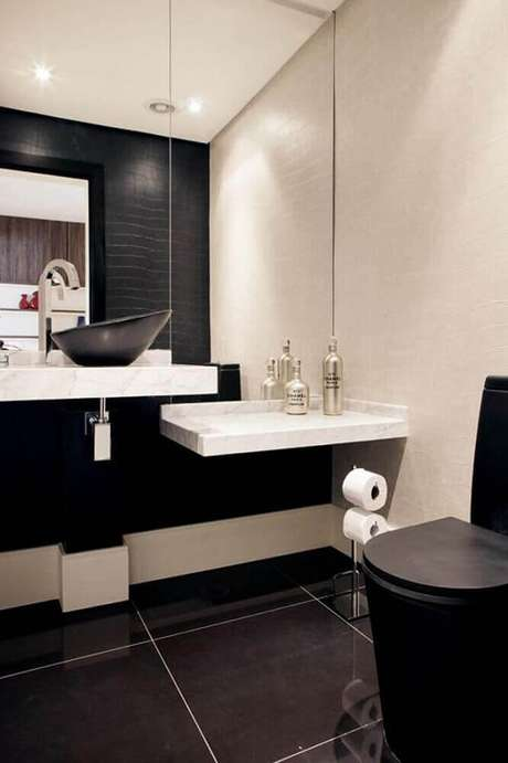 17. Banheiro preto e branco com bancada de mármore e cerâmica preta