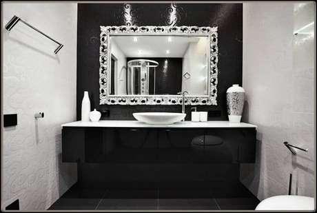 56. Decoração de banheiro preto e branco com espelho prateado e papel de parede