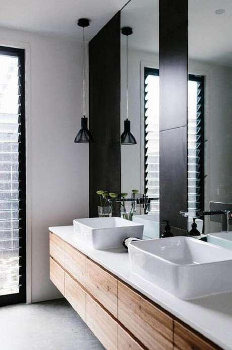 13. Os detalhes em madeira no banheiro preto e branco deixam o espaço mais aconchegante.