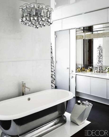 22. Lindo e sofisticado banheiro preto e branco com luminária moderna