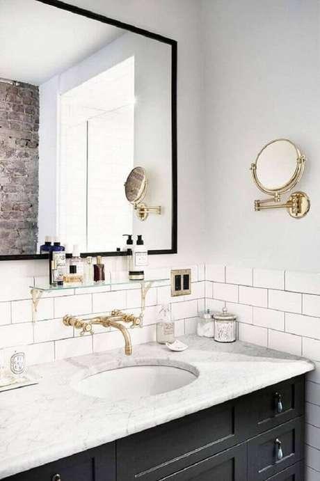 12. Banheiro preto e branco com decoração retrô.