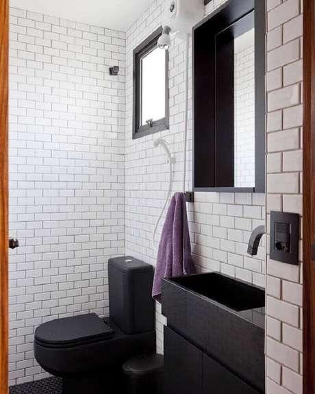 9. Modelo de banheiro com cerâmica preta