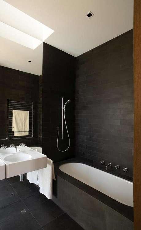 52. Banheiro preto com decoração estilo industrial