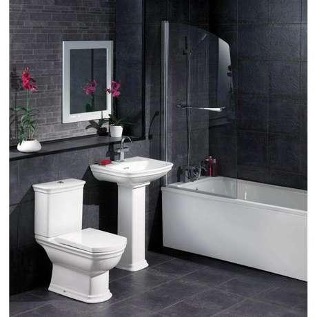 43. Em um banheiro todo preto invista em cerâmica branca