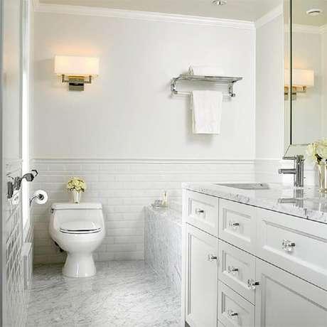 38. O banheiro branco trás sensação de amplitude delicadeza para o ambiente