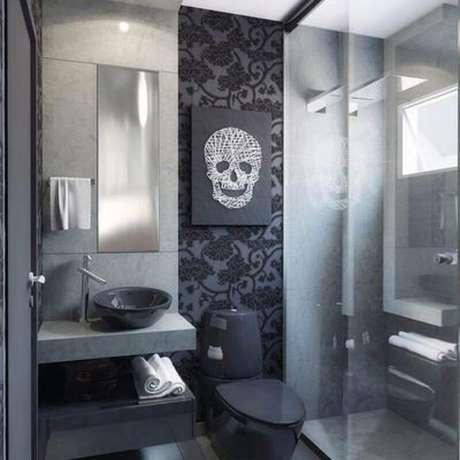 46. Decoração de banheiro preto com papel de parede