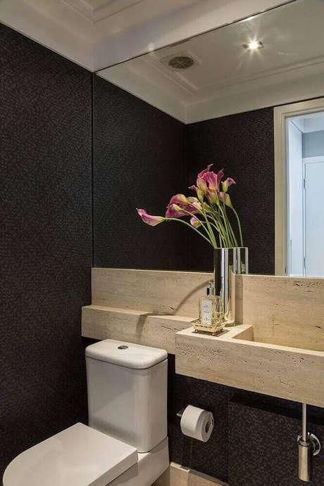 47. Utilize detalhes em madeira para deixar o banheiro preto mais aconchegante