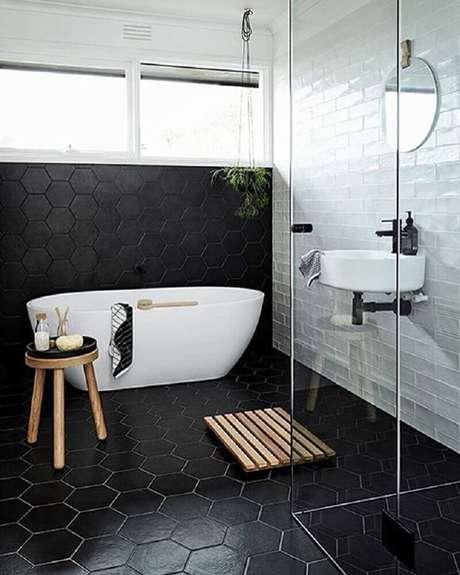 8. Bonito banheiro preto e branco com detalhes minimalistas.