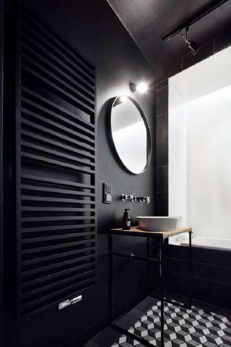 2. Decoração de banheiro preto com espelho redondo